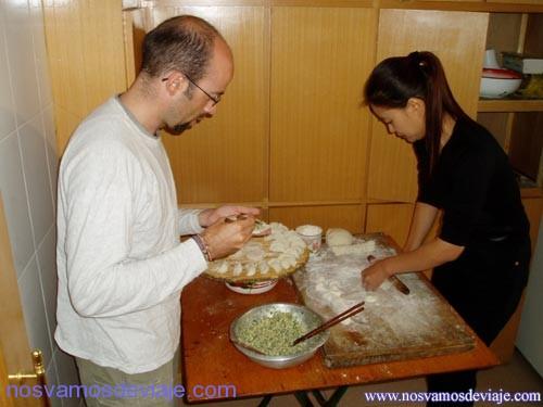 aprendiendo a hacer empanadas chinas