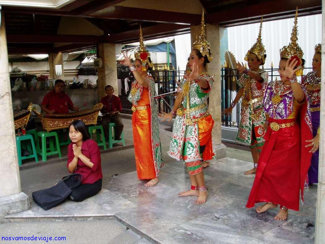Bailarinas frente a altar