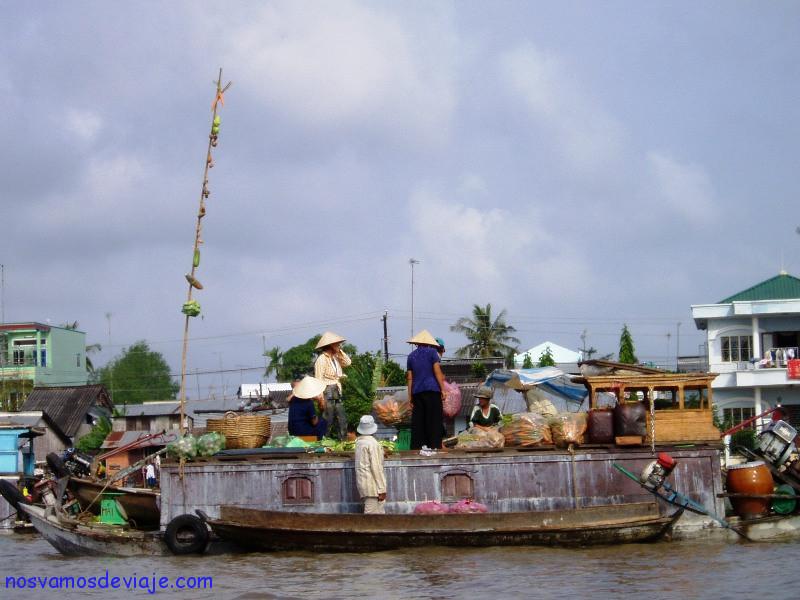 Barca-tienda en mercado flotante Mekong