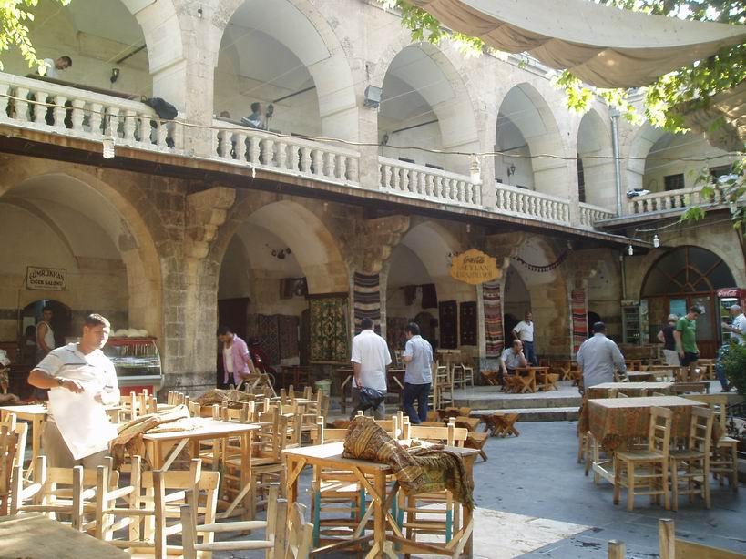 Antiguo Caravanserai patio para tomar te.Urfa