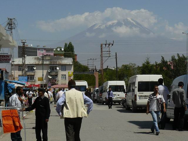 Dogubayazit con el Monte Ararat al fondo