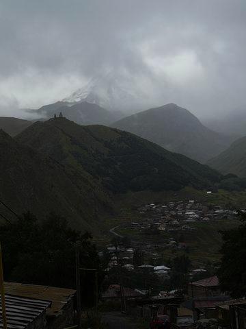 El monte Kazbegi desde el valle