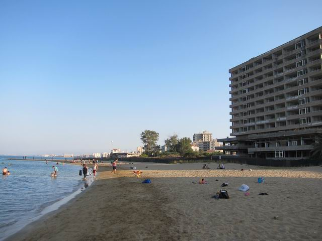Único trozo permitido de la playa en Famagusta, con los hoteles abandonados detrás y a lo largo de la costa