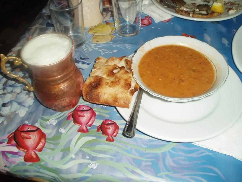 Sopa de lentejas pan y ayran