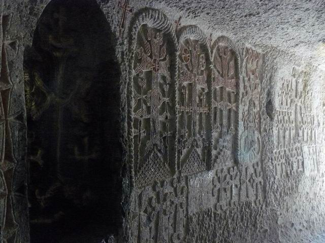 Cruces en un tunel de Geghard