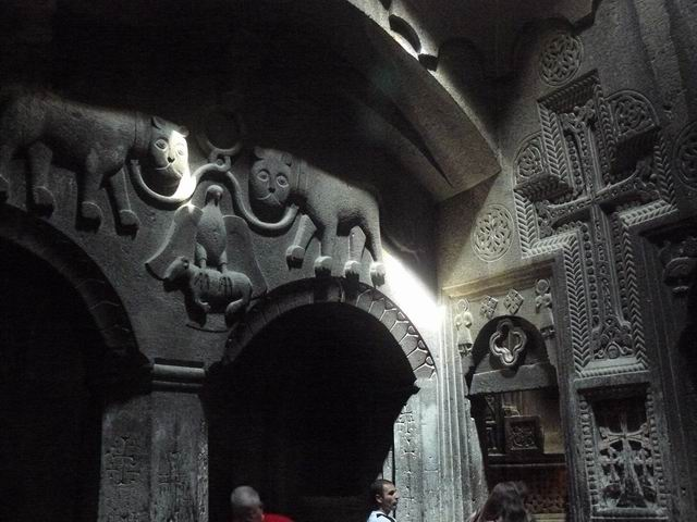 Interior del monasterio excavado de Geghard