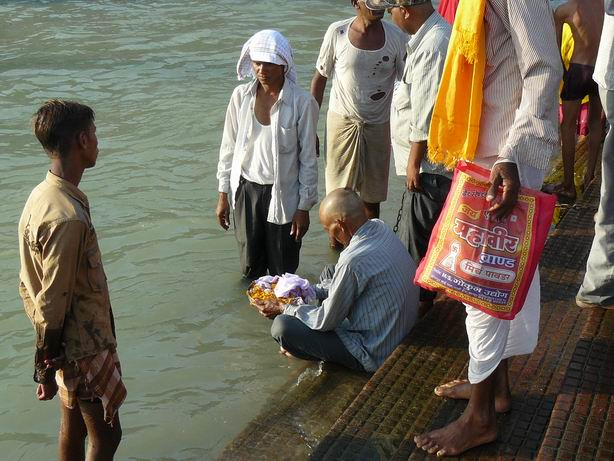 Echando las cenizas de un familiar al Ganges, Haridwar