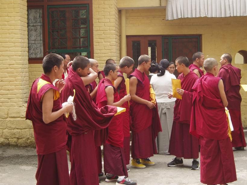 Monjes budistas, esperando a ser recibidos por el Dalai Lama