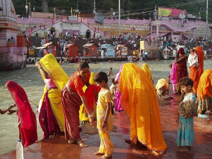 Mujeres bañandose en el Ganges. Haridwar