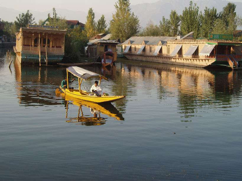 Casas bote en el lago Dal en Srinagar