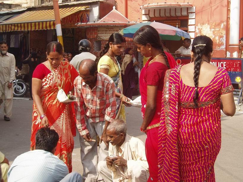 Mujeres a la entrada de un templo hindu, Jammu