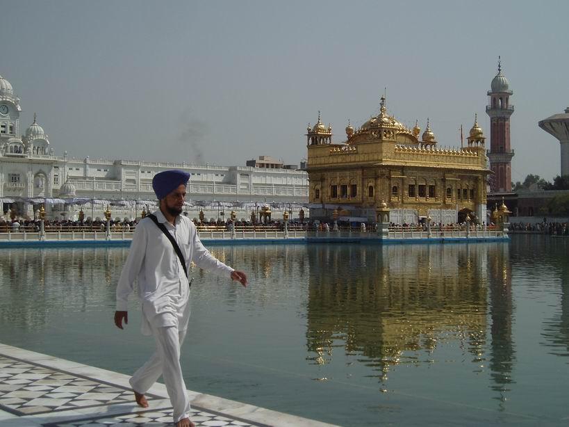 Hombre Sij frente al Templo Dorado
