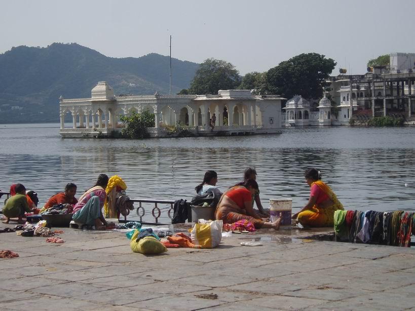 Mujeres lavando la ropa en el lago Pichola. Udaipur
