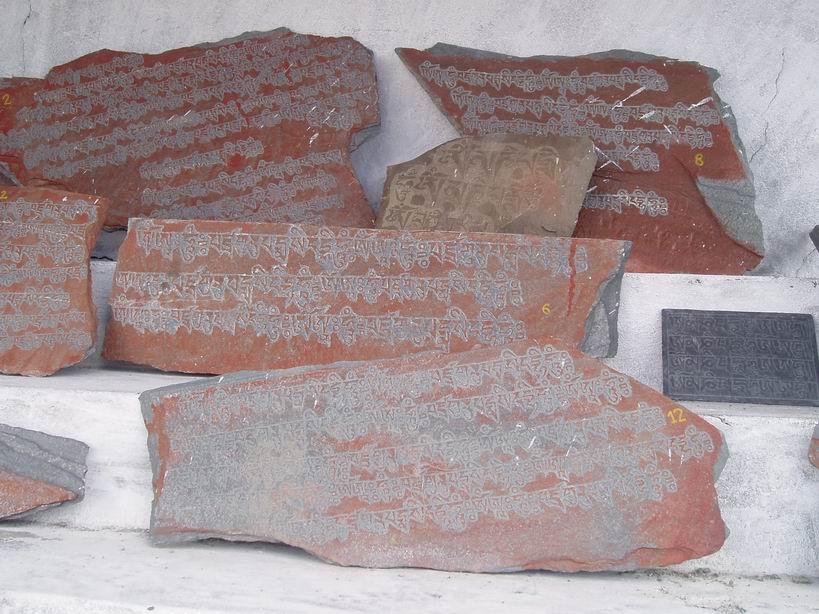 Piedras con mantras en alfabeto tibetano