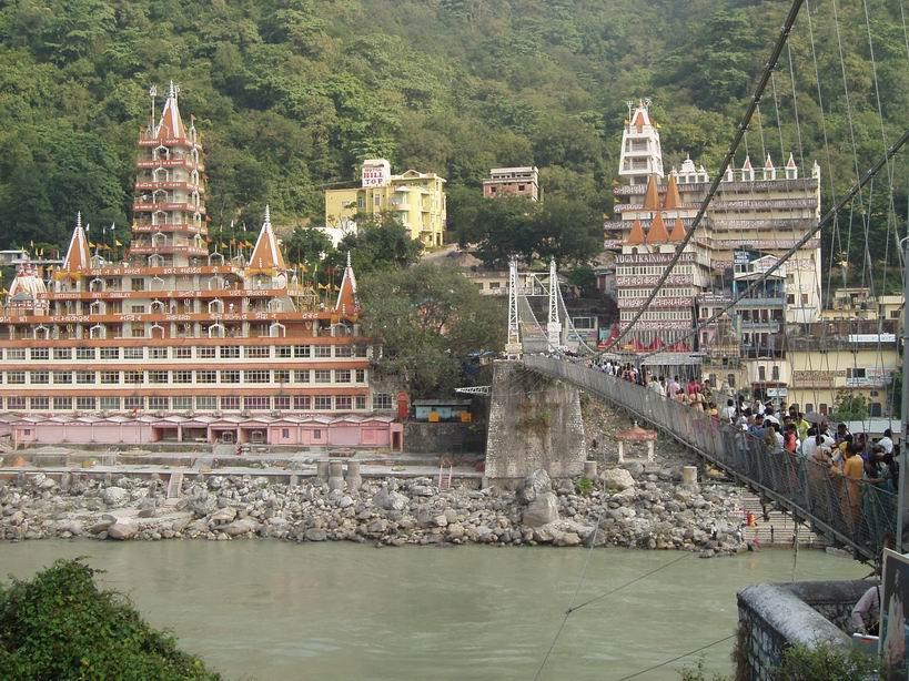 Templo hinduista frente al Ganges, Rishikesh