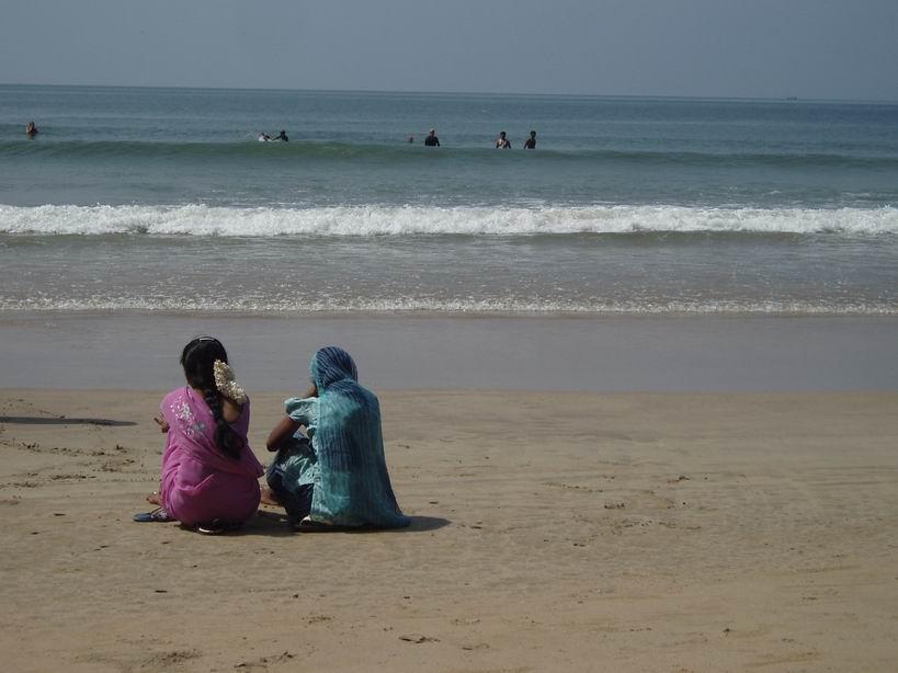 Mujeres con sari en la playa