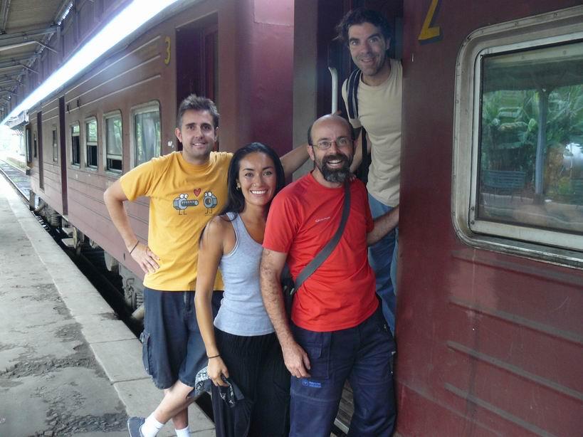 Con Fernando y Benito en la estación de trenes de Kandy