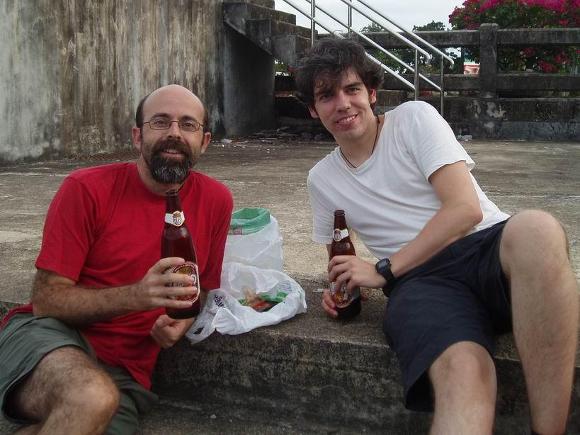 Tomando una cervecita al atardecer con Alex