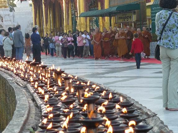 Fieles en Shwedagon