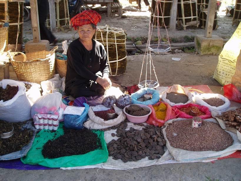 Vendedora de especias, en el mercado del lago Inle