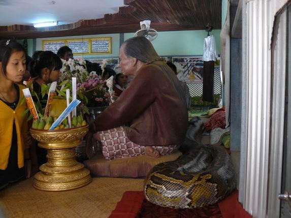 Monasterio de la serpiente en Bago