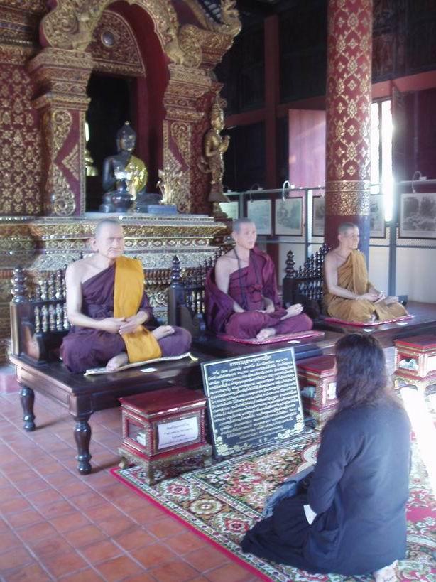 Monjes de cera en el templo de Phra Singh
