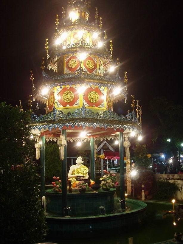 Ofrendas en forma de barca en Templo de Mae Hong Son