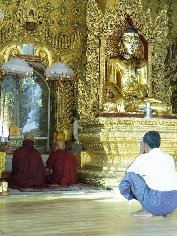 Monjes y fieles orando en la Pagoda de Shwedagon