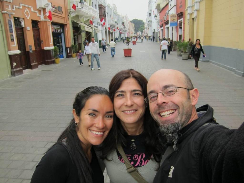 Con Myriam en una calle de Trujillo