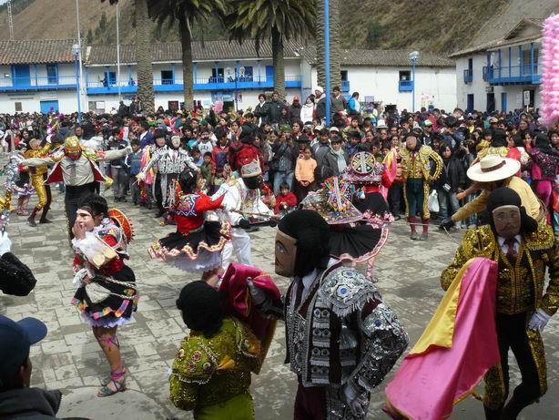 Grupo de toreros de Paucartambo conocido como Waca waca