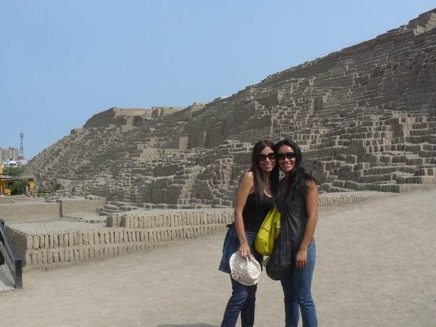 En la Huaca Pucllana, Lima, con mi amiga Liz