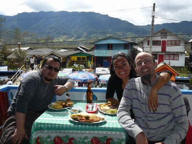 Con nuestro amigo Alex, almorzando trucha en la Laguna de la Cocha