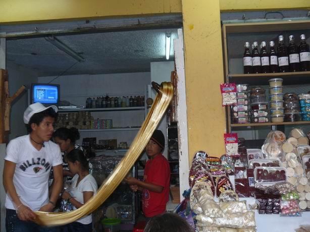 Amasando la melcocha en Baños