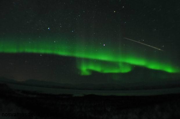 aurora boreal con estrella fugaz