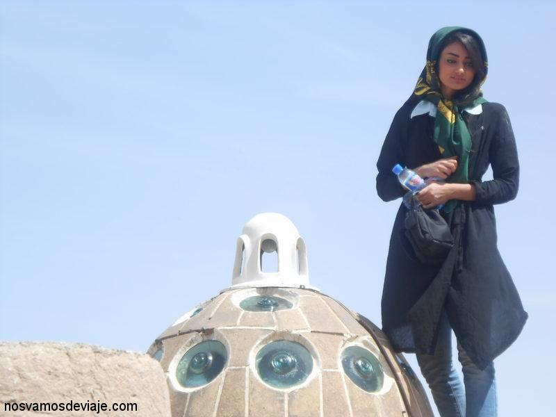Mujer Iraní en el techo del Hamam del Sultan Amir Ahmad