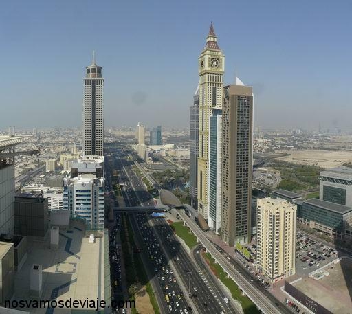 Autopista a Abu Dhabi entre rascacielos