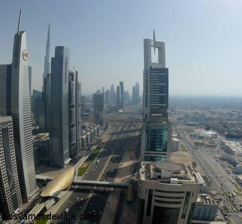 Burj Khalifa asomando entre rascacienlos