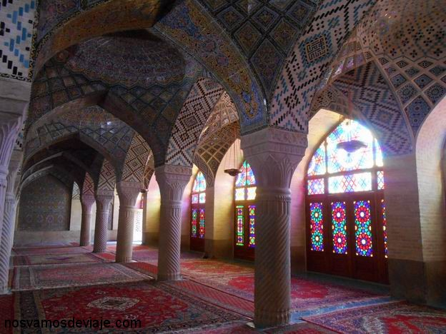 Interior de la mezquita Nasir al-Mulk