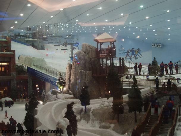 Esquiando en Mall of Emirates, con 45 grados fuera