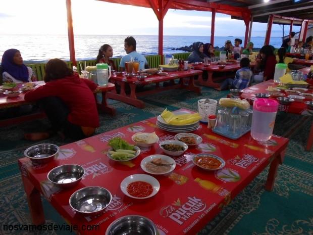 Mesas preparadas, para comida despues del ayuno diario durante ramadán. Padang
