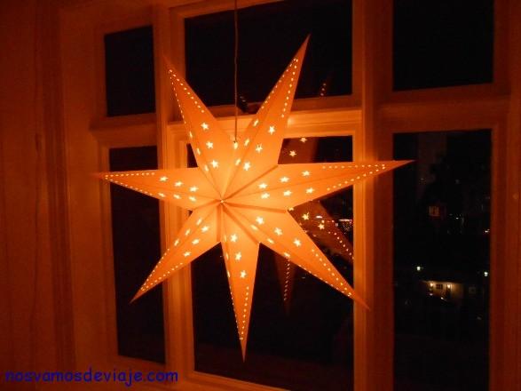 Luces decorando las ventanas