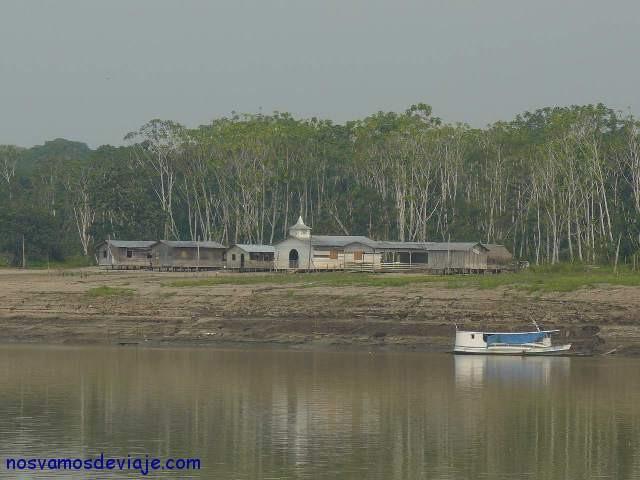 Pueblito en la orilla del Amazonas