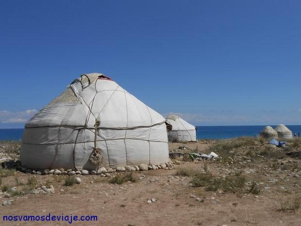 Yurta junto al lago