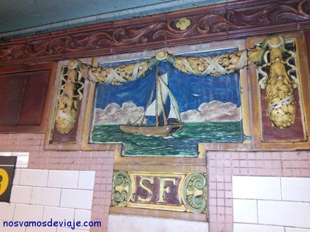 detalle de azulejos en el metro de NY
