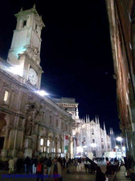 piano de musico callejero junto al Duomo