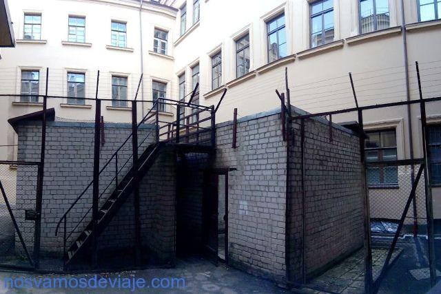 Patio con celdas de museo KGB