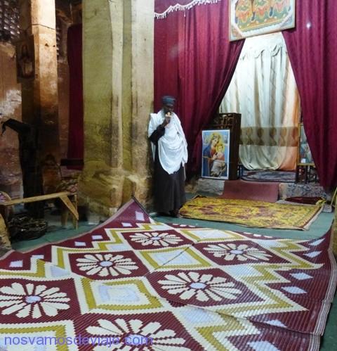 Sacerdote en Wukro antes del master en sonajero ceremonial