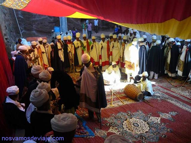 Sacerdotes orando con tambores