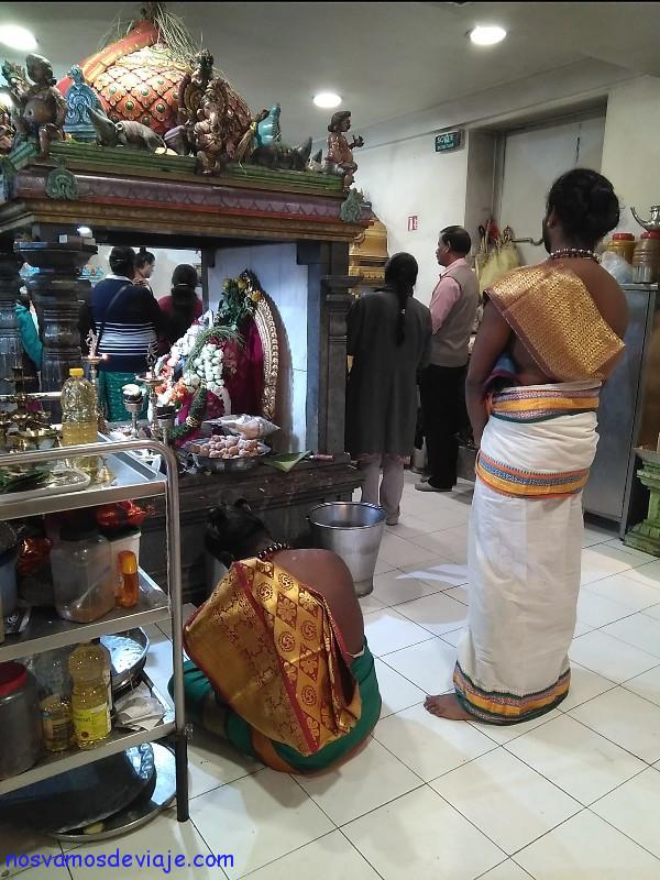 Sacerdotes en templo hindu Paris