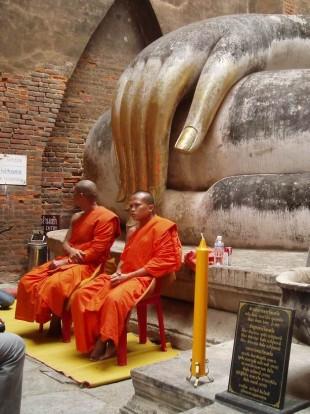 Monjes en ruinas de Sukhothai